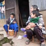 Femmes et enfants Hmong au village de Phaya Phi Phat