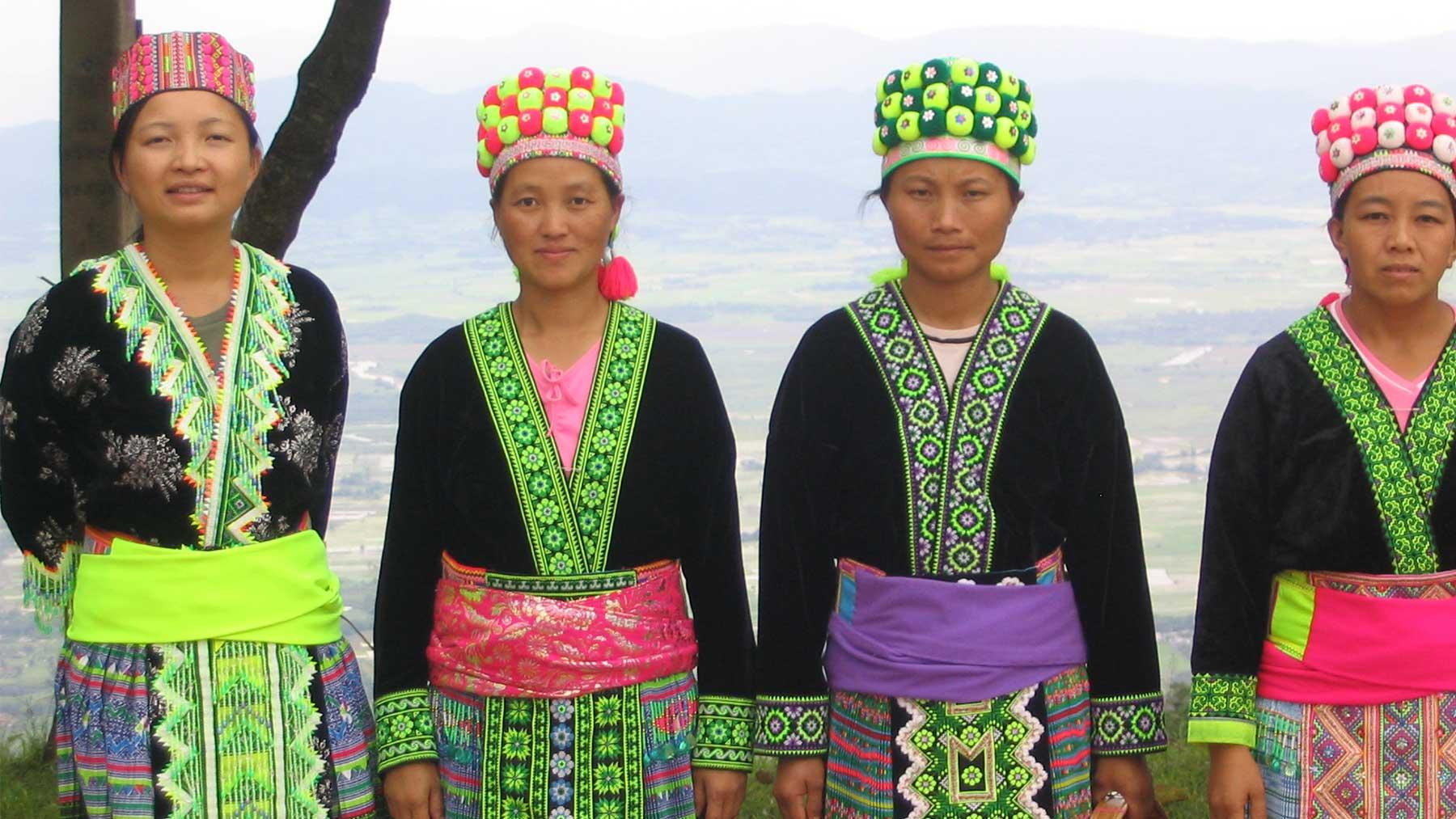 En habits traditionnels Hmong